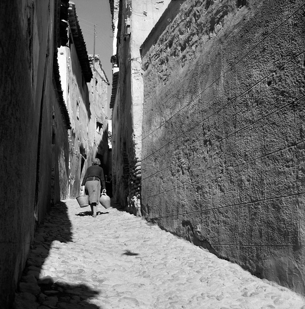 Una calle de Toledo, tal vez la del Plegadero, en 1956 © Paco Gómez/Fundació Foto Colectania