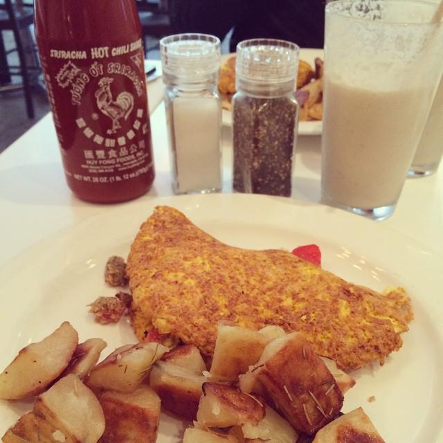 Omelett gjord av tofu fylld med cashewost och tomater sköljdes ner med en nötsmoothie på Peacefood café. Fint med en andra frukost! #vadveganeräter i New York.