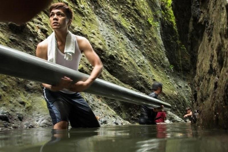 電影中號召族人協力建築水道,引水灌溉的畫面,令人印象深刻。圖片來源:牽猴子整合行銷公司。