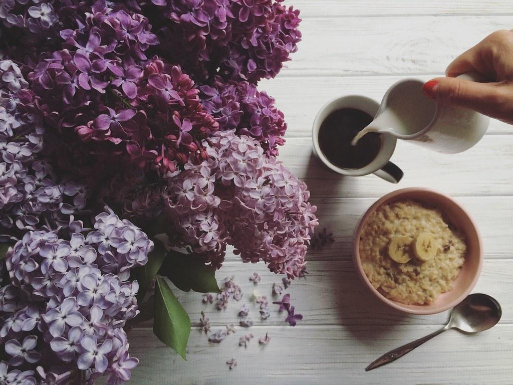 каша, кофе и сирень