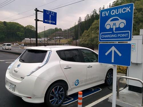道の駅 八ツ場ふるさと館で急速充電中の電気自動車「日産リーフ」