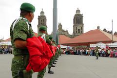 Arriando la bandera en el Zócalo